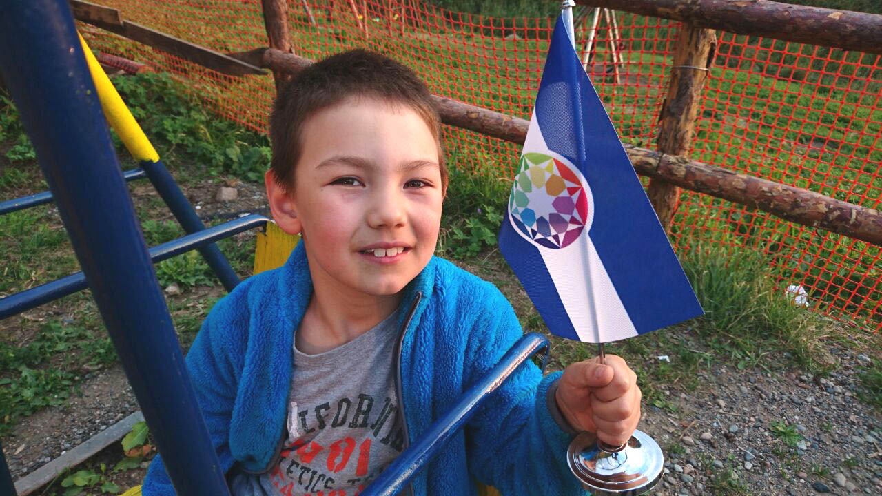 Un enfant autiste et le tout premier drapeau de l'Autistan