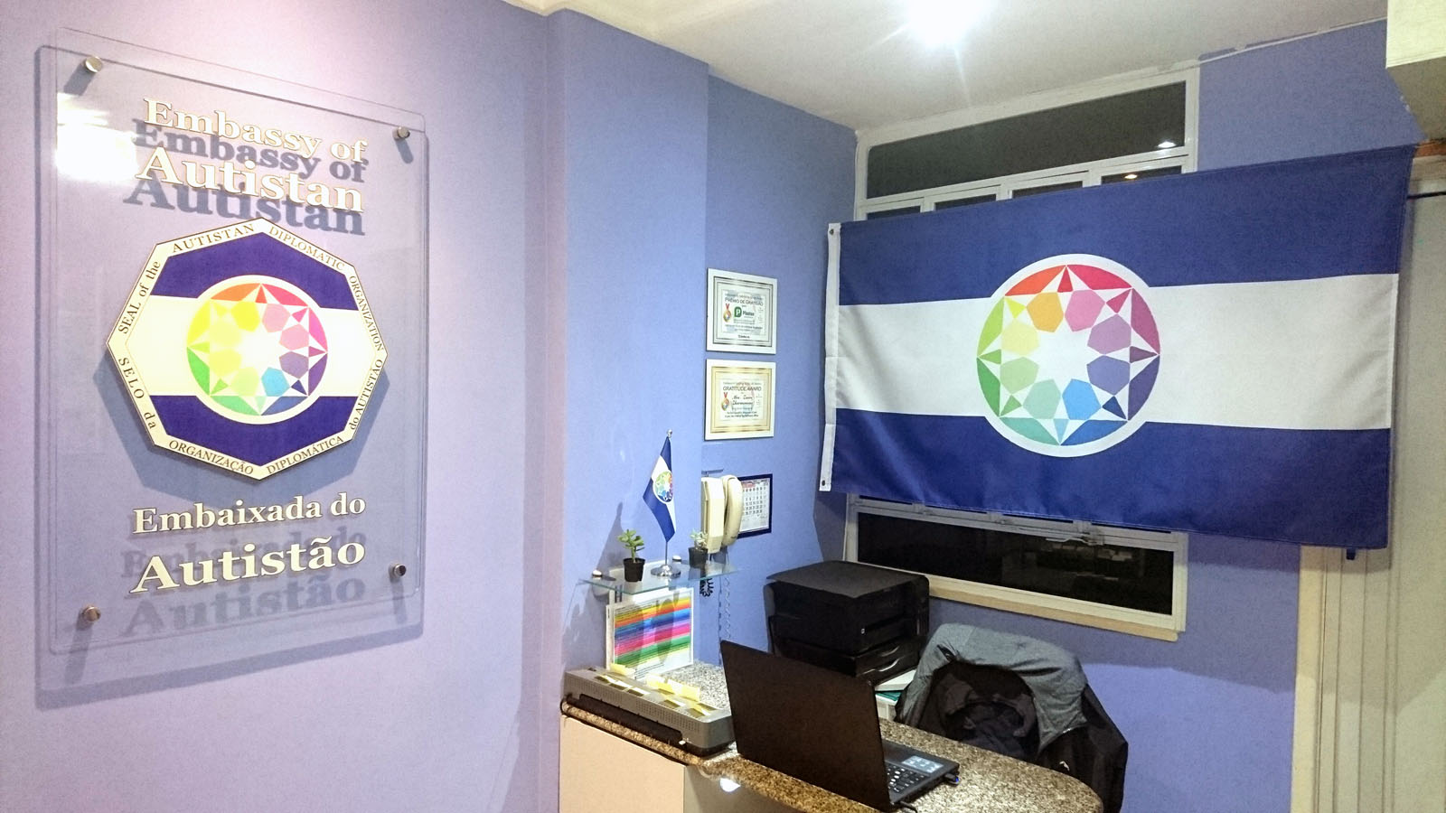 Le bureau de l'Ambassade d'Autistan à Rio de Janeiro (avec la plaque et le drapeau)