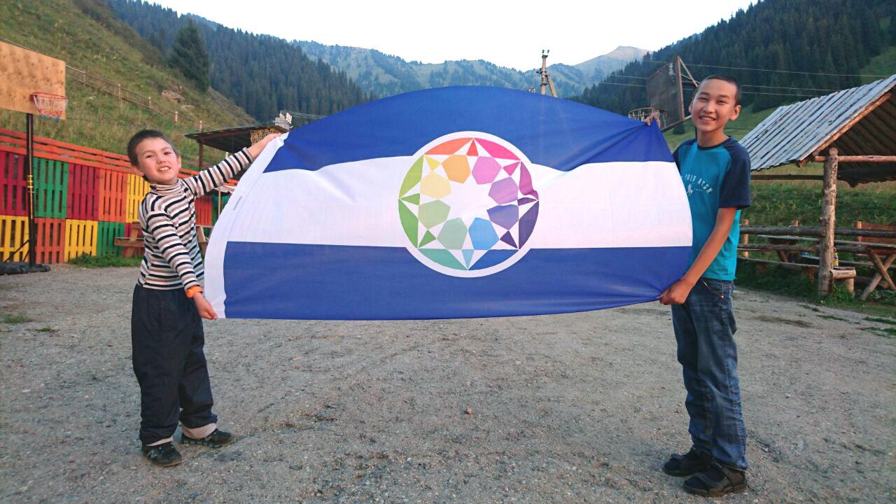 Duas crianças autistas que prendem a primeira grande bandeira do Autistão