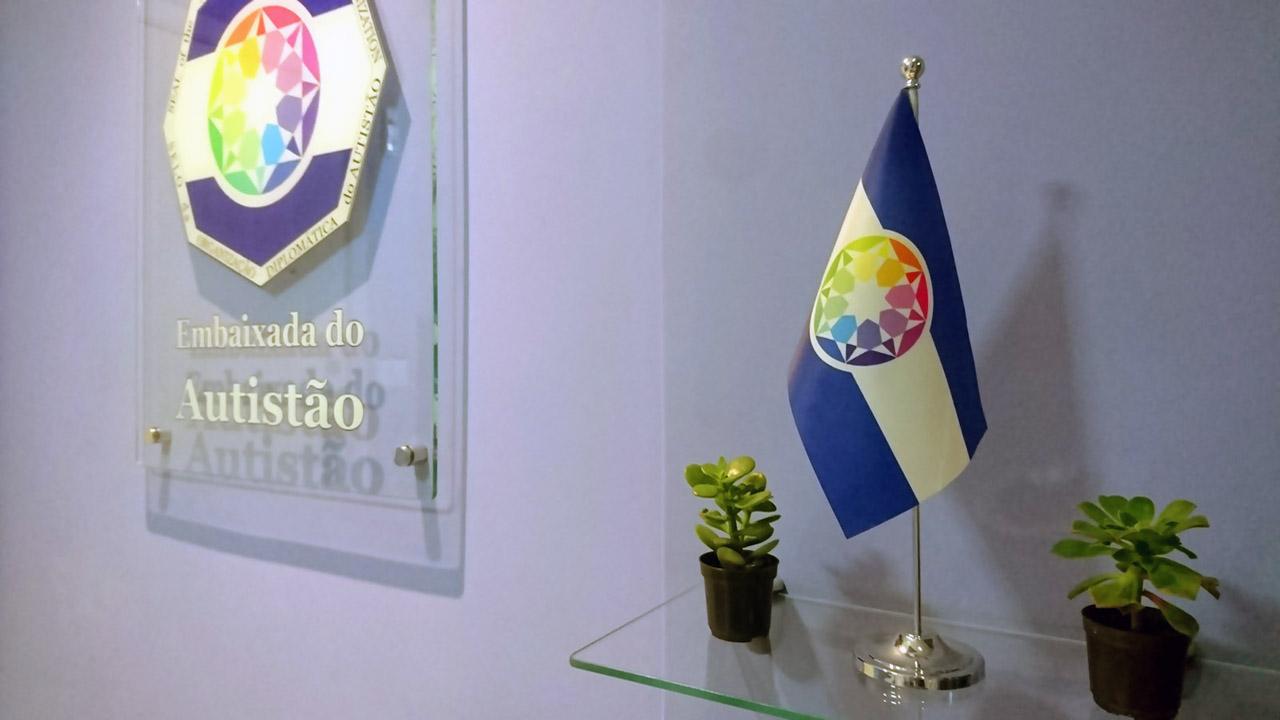 A bandeira do Autistão e a placa da Embaixada do Autistão no Rio de janeiro