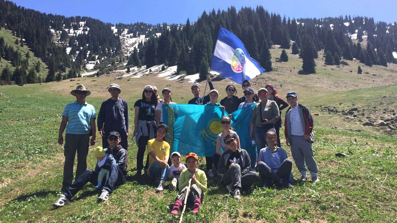 Um acampamento inclusivo em Kazakhstan, com a bandeira do Autistão