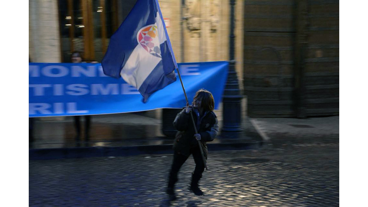 A bandeira do Autistão, levada por uma criança autista em Bruxelas (Bélgica) durante o dia mundial da consciência do autismo 2018